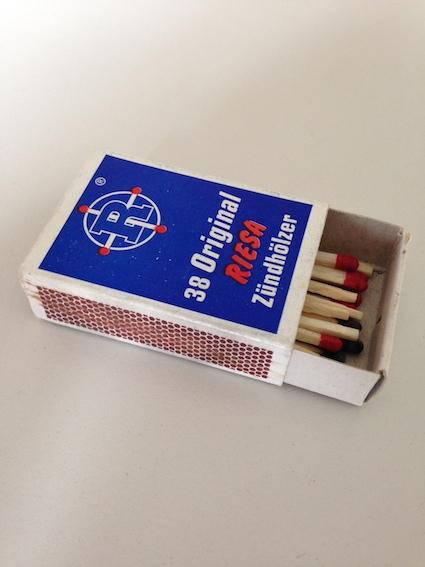 Die Streichholzschachtel auf dem Schreibtisch