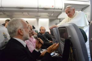Die Pressekonferenz auf dem Rückweg vom Weltjugendtag 2013 in Rio scheint Papst Franziskus Spaß gemacht zu haben. Jetzt gab er ein großes Interview für Jesuitenzeitschriften. (dpa)