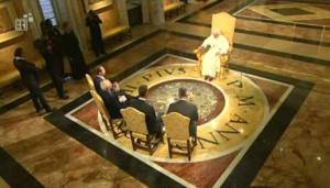 Papst Benedikt XVI schreibt 2005 TV-Geschichte: Zum ersten Mal gewährte ein Papst vier deutschsprachigen TV-Sendern ein Interview. (Quelle Youtube: https://www.youtube.com/watch?v=5i3hNcc3Mvw)
