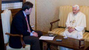 Seewald und Papst Benedikt beim Interview in Castelgandolfo. Zur Sicherheit ließ der Journalist mehrere Tonbandgeräte mitlaufen (Quelle Focus.de / AFP)