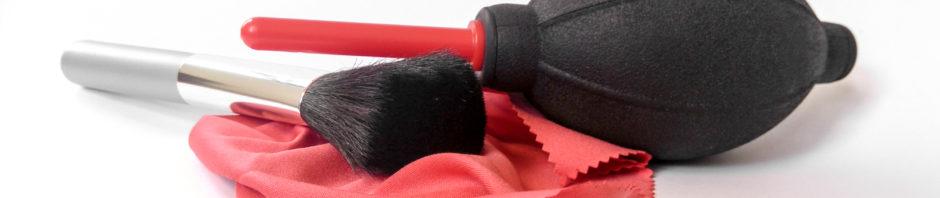 Mit Puderpinsel und Klistierspritze – Systemkameras fachgerecht reinigen